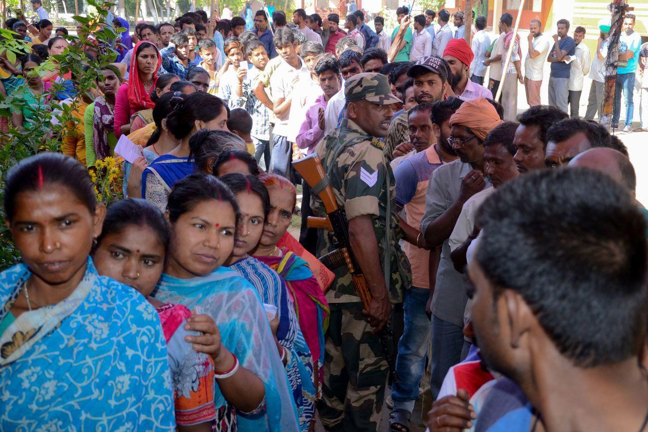 印度大選進入尾聲。圖為民眾排隊投票。 法新社