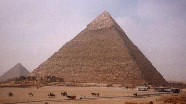 埃及吉薩金字塔(Giza)的大埃及博物館附近一輛觀光巴士遭到爆炸攻擊,造成17人...