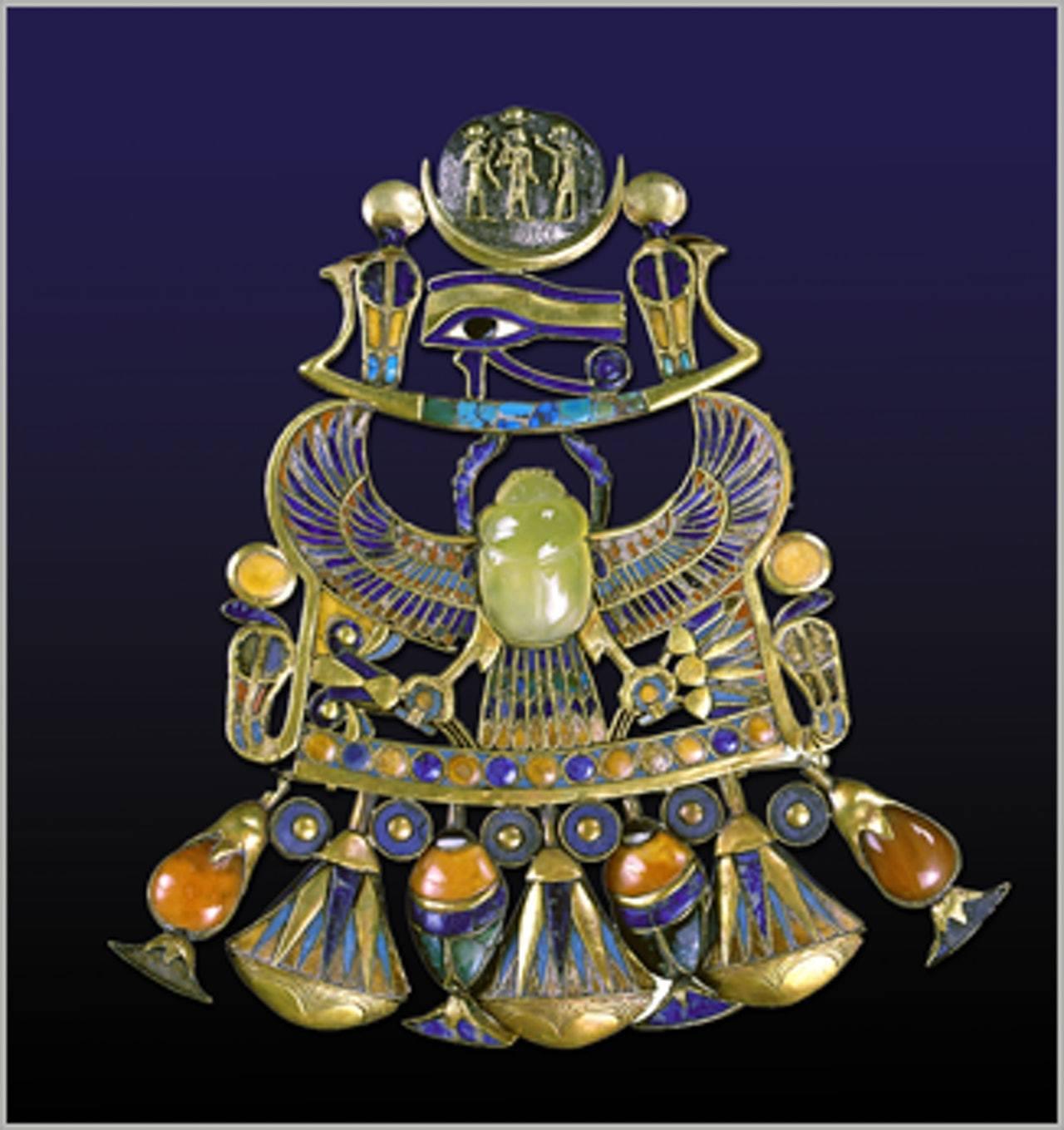 法老圖坦卡門(King Tutankhamun)胸前掛飾中央有一塊黃色聖甲蟲形狀...