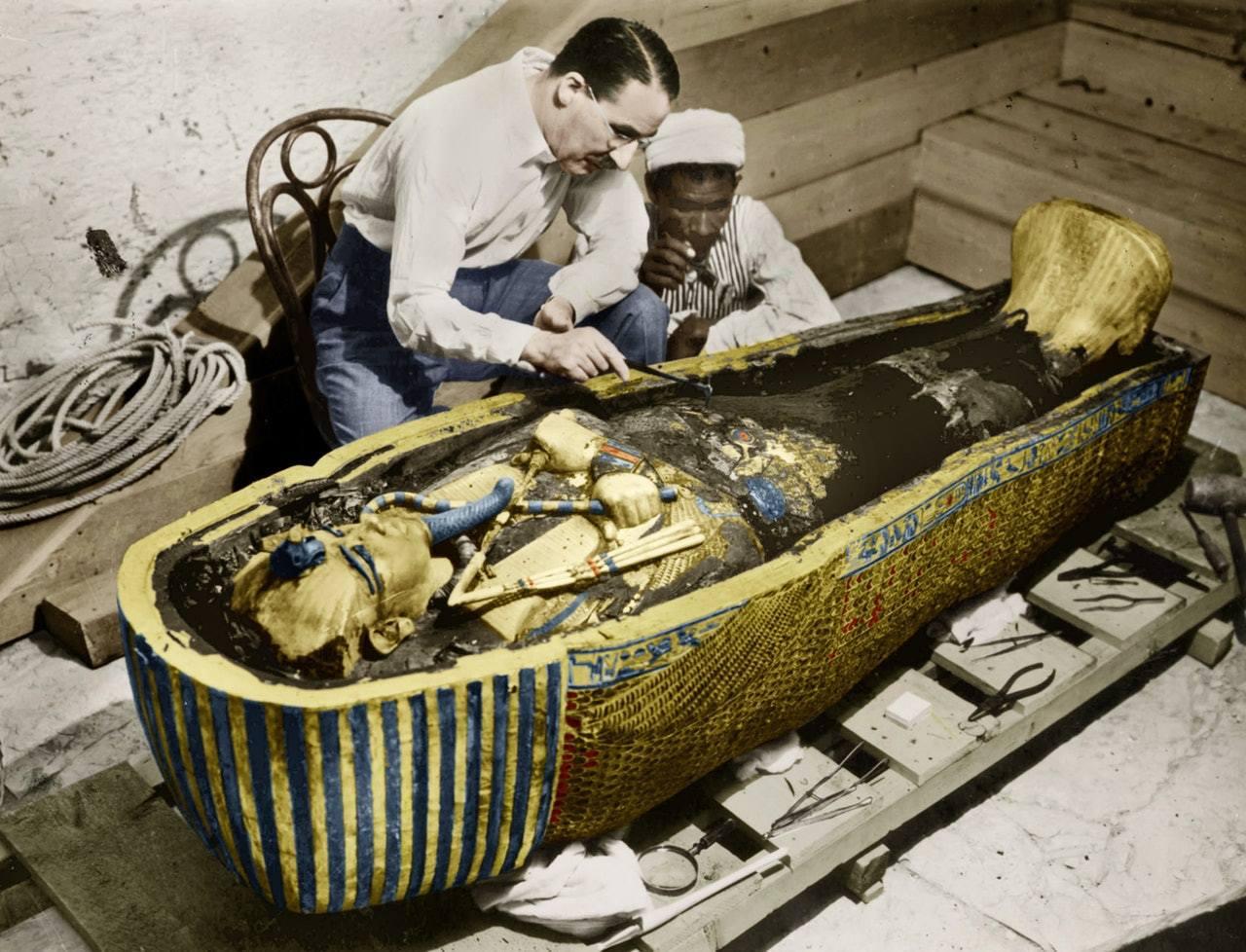 圖坦卡門陵墓是為考古界重大發現,圖中可見卡特・霍華德與考古隊員正在處理出土中的棺...