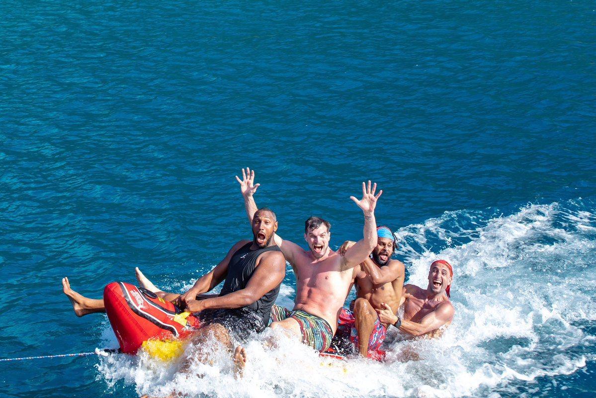 迪奧、史普利特、米爾斯與吉諾布里玩香蕉船。 擷圖自迪奧推特。