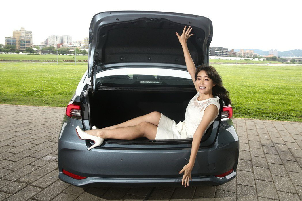Corolla Altis Hybrid的後行李廂空間超大,塞一個人也綽綽有餘。...