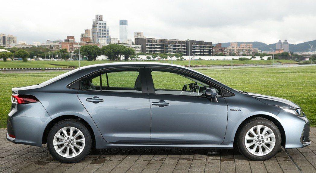 全新大改款的Corolla Altis Hybrid外型更有轎跑氣勢。 記者林伯...