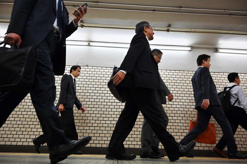 圖為日本街頭的上班族。 法新社