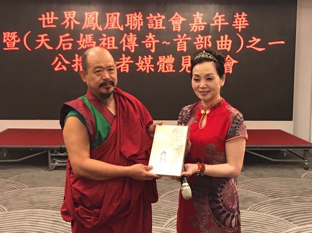 慧吉祥大活佛(左)到場致詞對鳯凰黨主席洪美珍推廣為善的文化表達肯定。項家麟/攝影