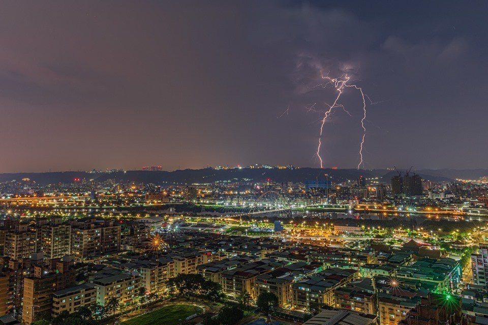 有民眾在臉書上傳在新北市板橋地區捕捉到閃電劈下來的景象,巧合的是閃電的形狀極像台...
