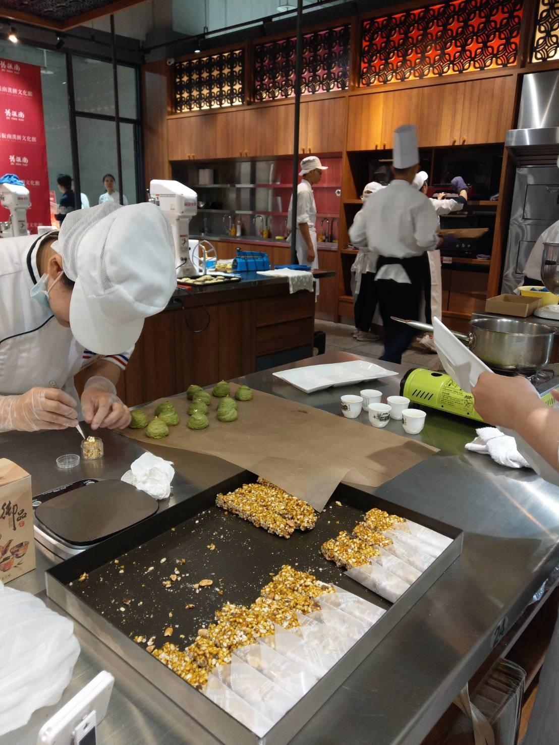 台灣百年餅店舊振南為接品牌成立130周年,舉辦第一屆漢餅烘焙新星選拔賽。記者謝梅...