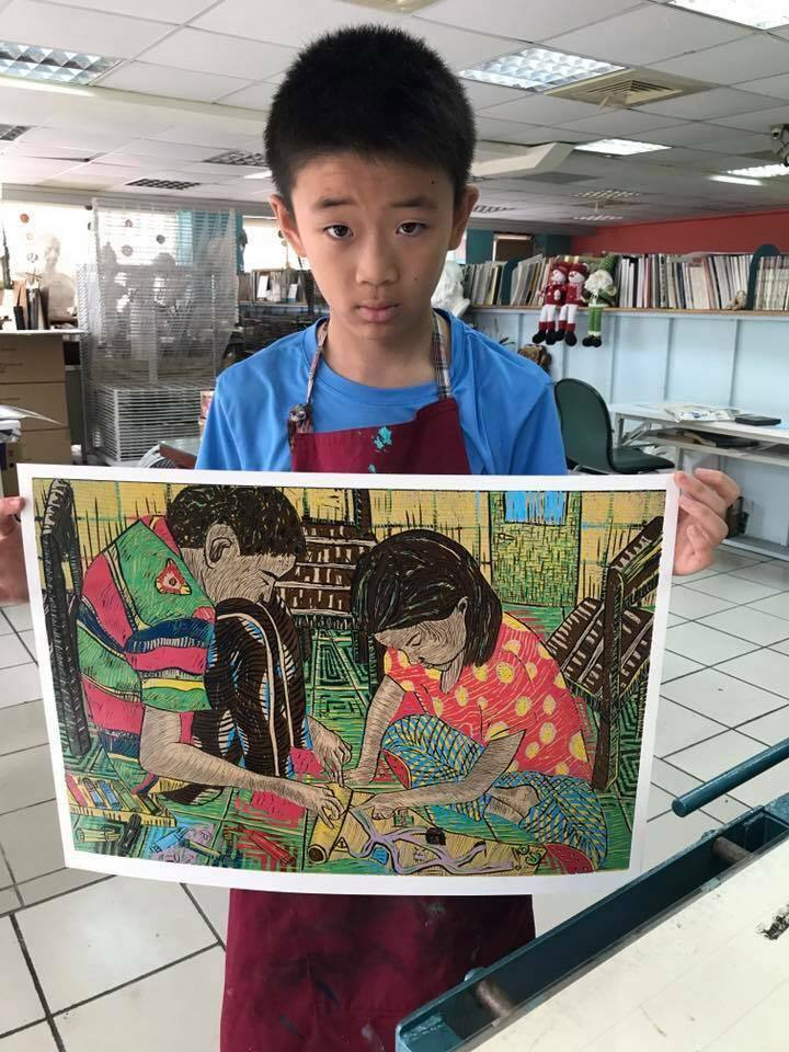宜蘭縣羅東鎮公正國小另年級學生劉子棋,以作品「找寶藏」拿下全國學生美術比賽版畫類...
