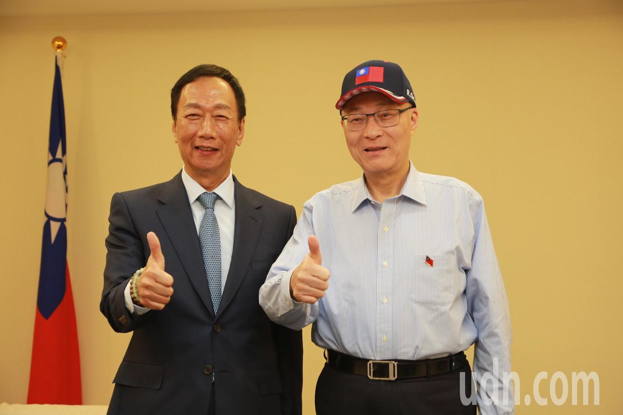 鴻海董事長郭台銘(左)上月接受國民黨主席吳敦義(右)致贈榮譽狀。本報資料照片