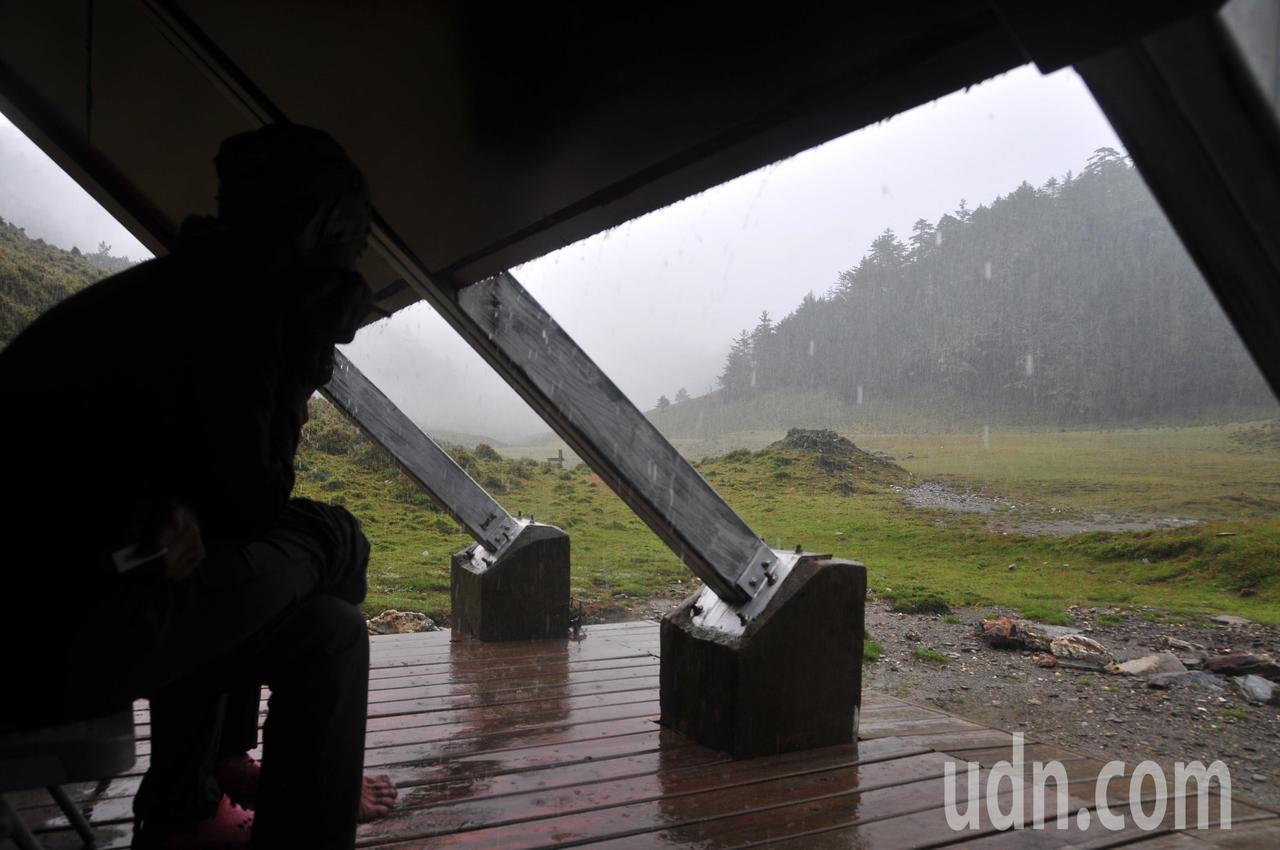 由於山區累積降雨量已相當多,容易有坍方、落石等現象,中央氣象局提醒盡量避免前往山...