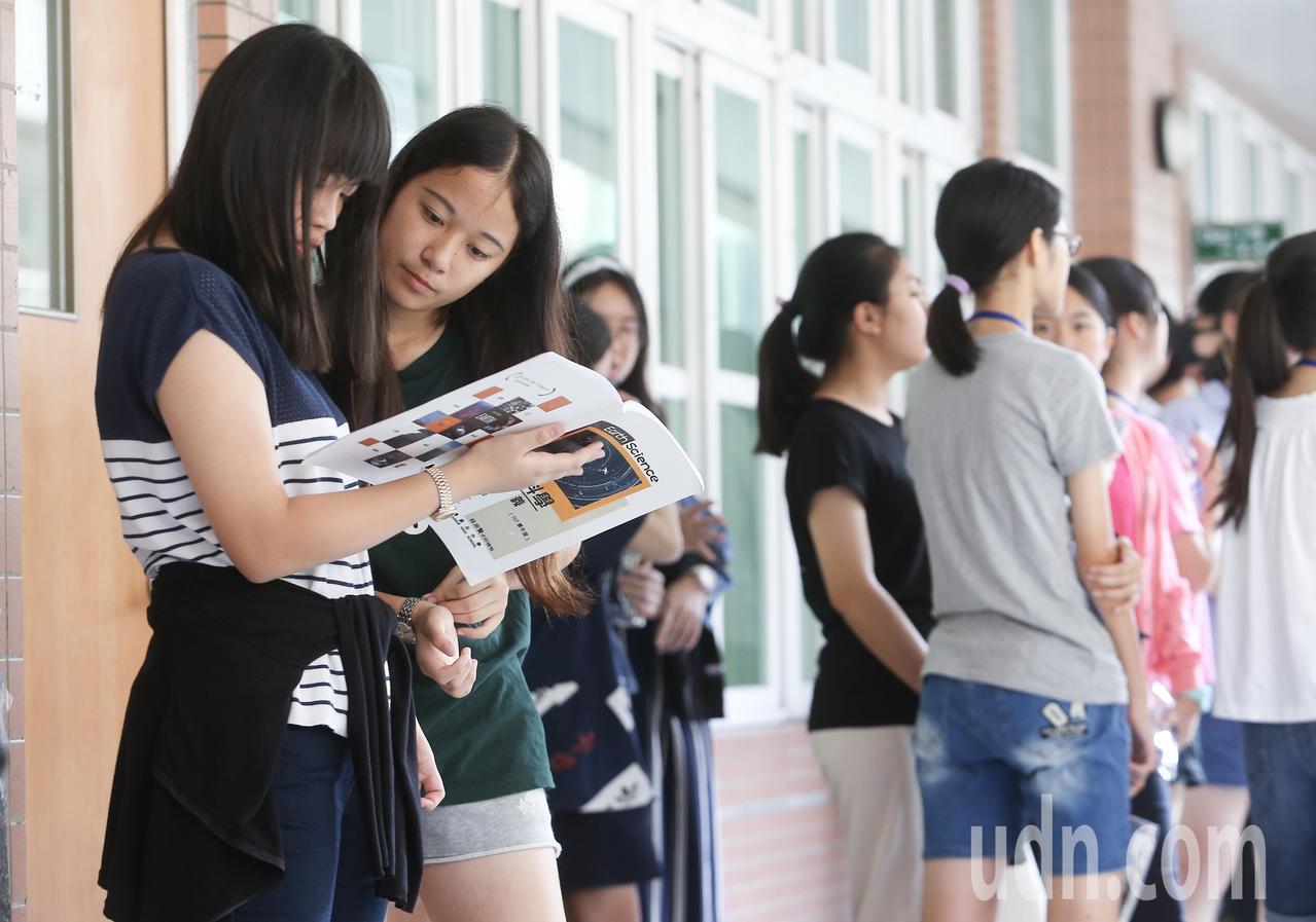 108年國中教育會考上午進行第二天考試,考生利用時間在考前做最後複習。記者余承翰...