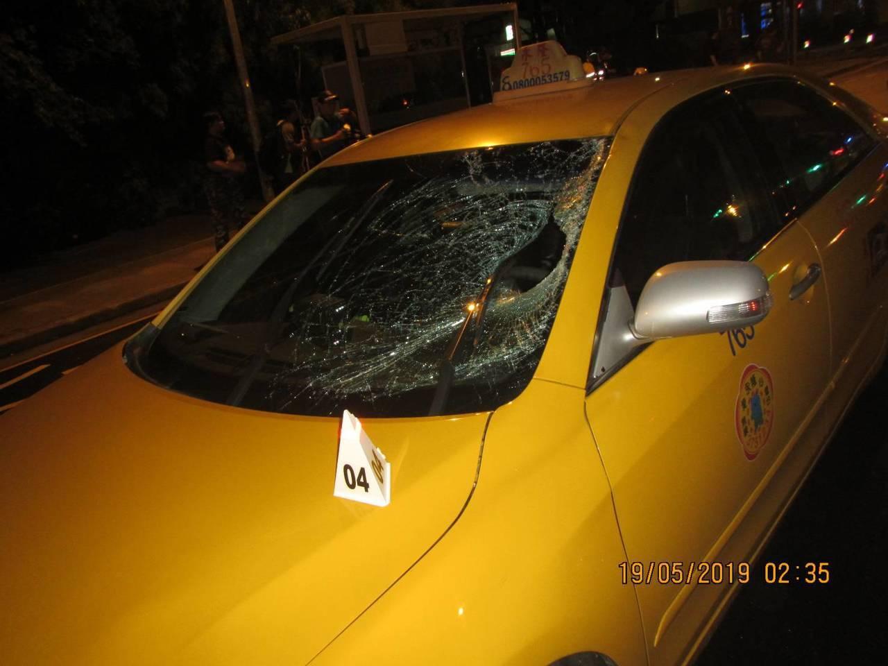 台中市張姓男子昨天走行人穿越道闖紅燈,直接被計程車撞上,送醫不治,計程車的擋風玻...