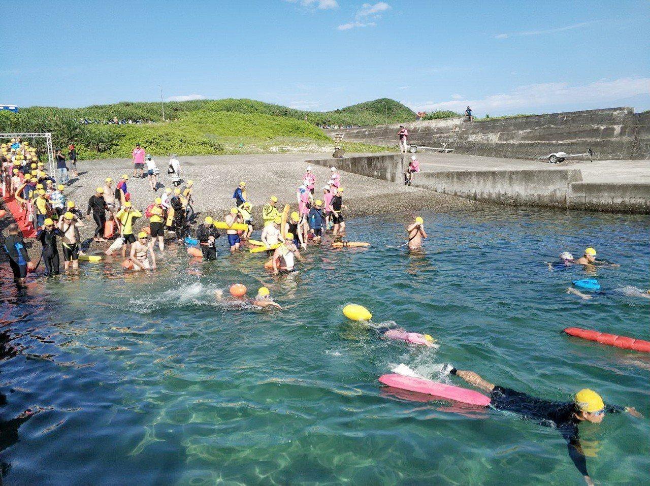 2019綠島海上長泳活動,今天上午7點在綠島中寮漁港登場,吸引近千名遊客參與。圖...