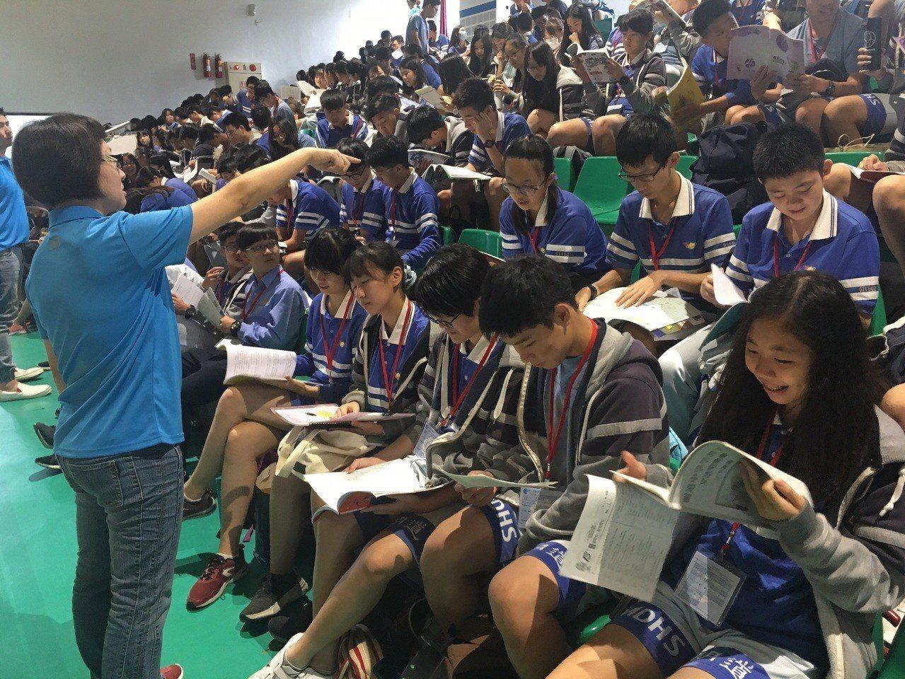 國中會考第二天,學生考完自然科,全力攻英文科。圖/明道中學提供
