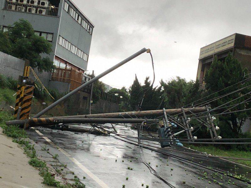 新竹縣新豐鄉上坑村坑子口438號附近,疑因大雨土石鬆動,導致路旁多根電線桿傾倒,...