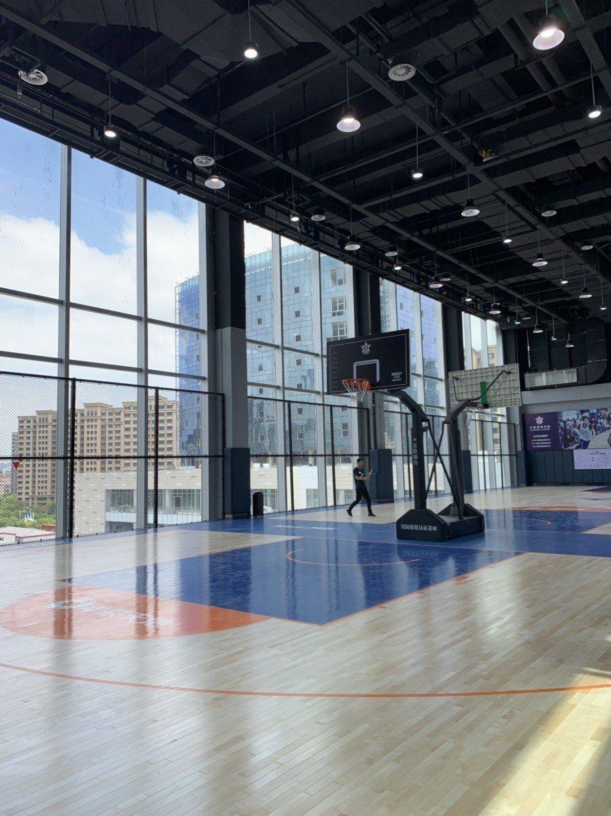 「華采天地」設有大型室內籃球場。 圖/記者黃阡阡攝