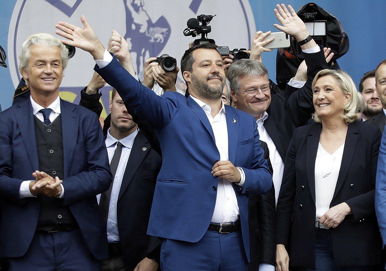 義大利副總理薩爾維尼(中)18日帶領歐洲極右派政黨領袖在米蘭大教堂前舉行誓師大會...