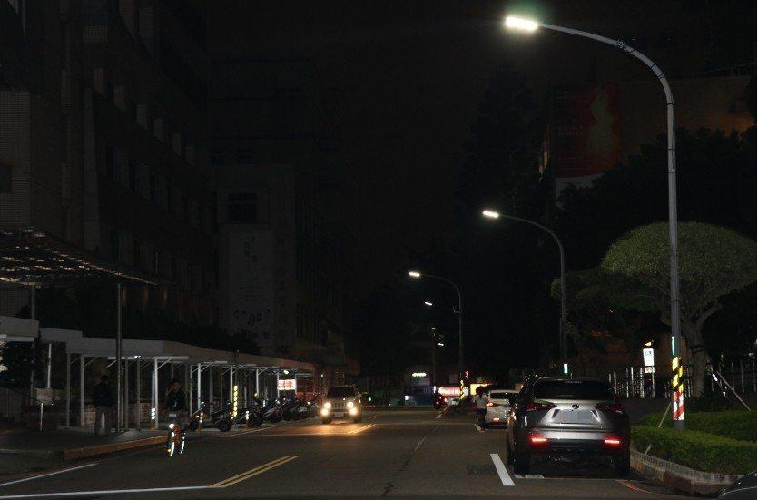 全桃園16萬盞路燈換裝計畫預估今年底到明年汰換完成,估計每年可省下1.6億的電費...