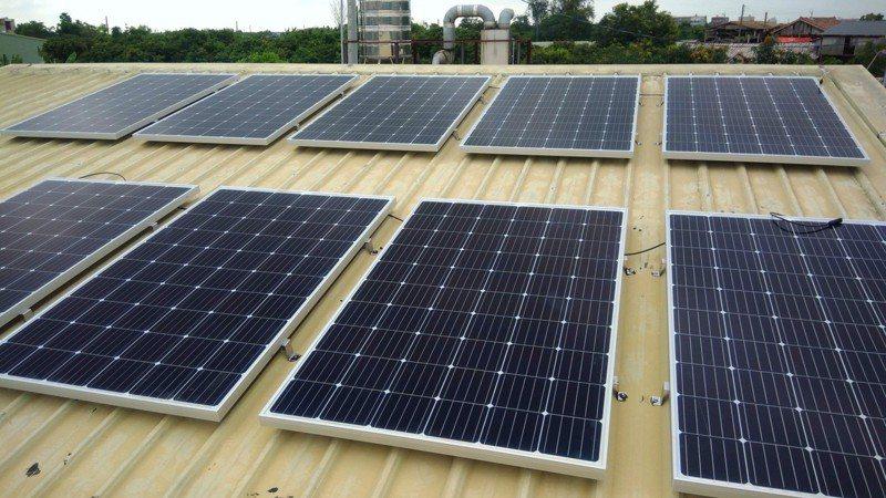 「六心廚房」屋頂架設完成太陽能發電設備,每年可省逾2萬元電費,對減少開銷不無小補。圖/葉宜津服務處提供