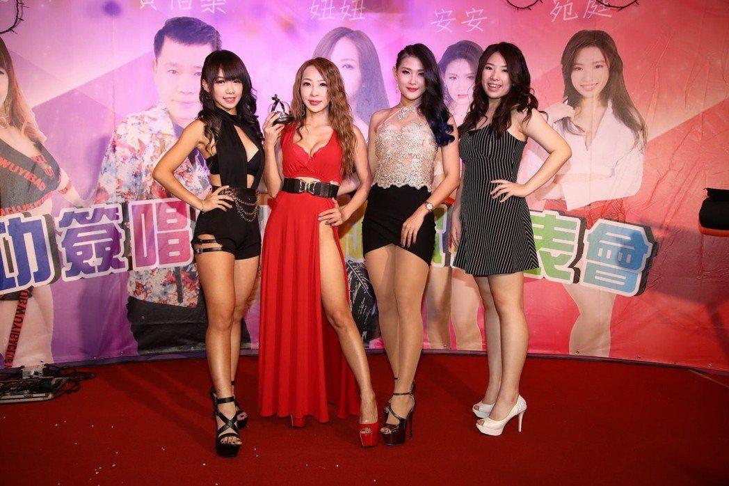 妞妞(左二)提前慶生,師妹小咩(左起)、安安、宛庭到場同歡。圖/怡得影音提供