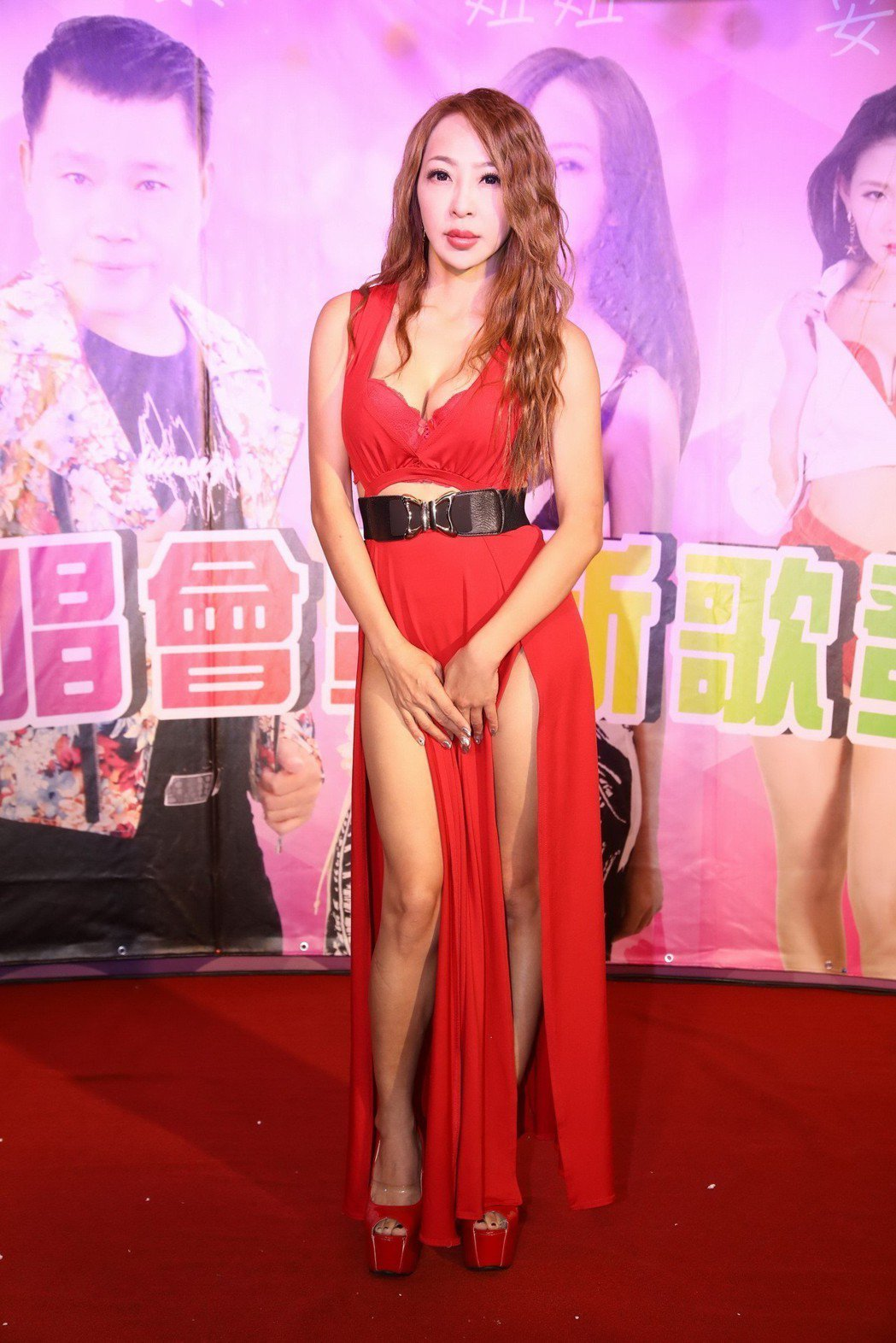 妞妞舉行「癡情玫瑰」慶功簽唱餐會。圖/怡得影音提供