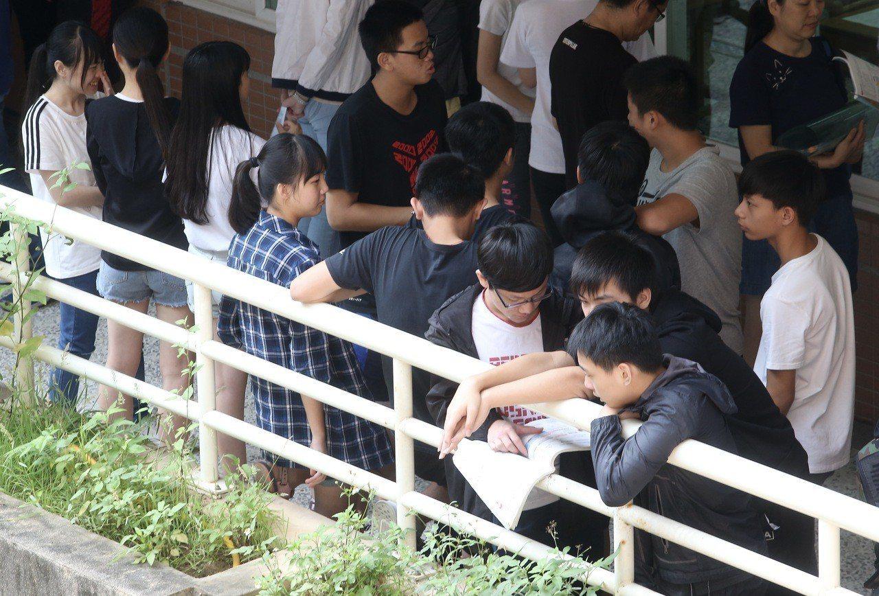 國中會考第二天考自然與英文。記者余承翰/攝影