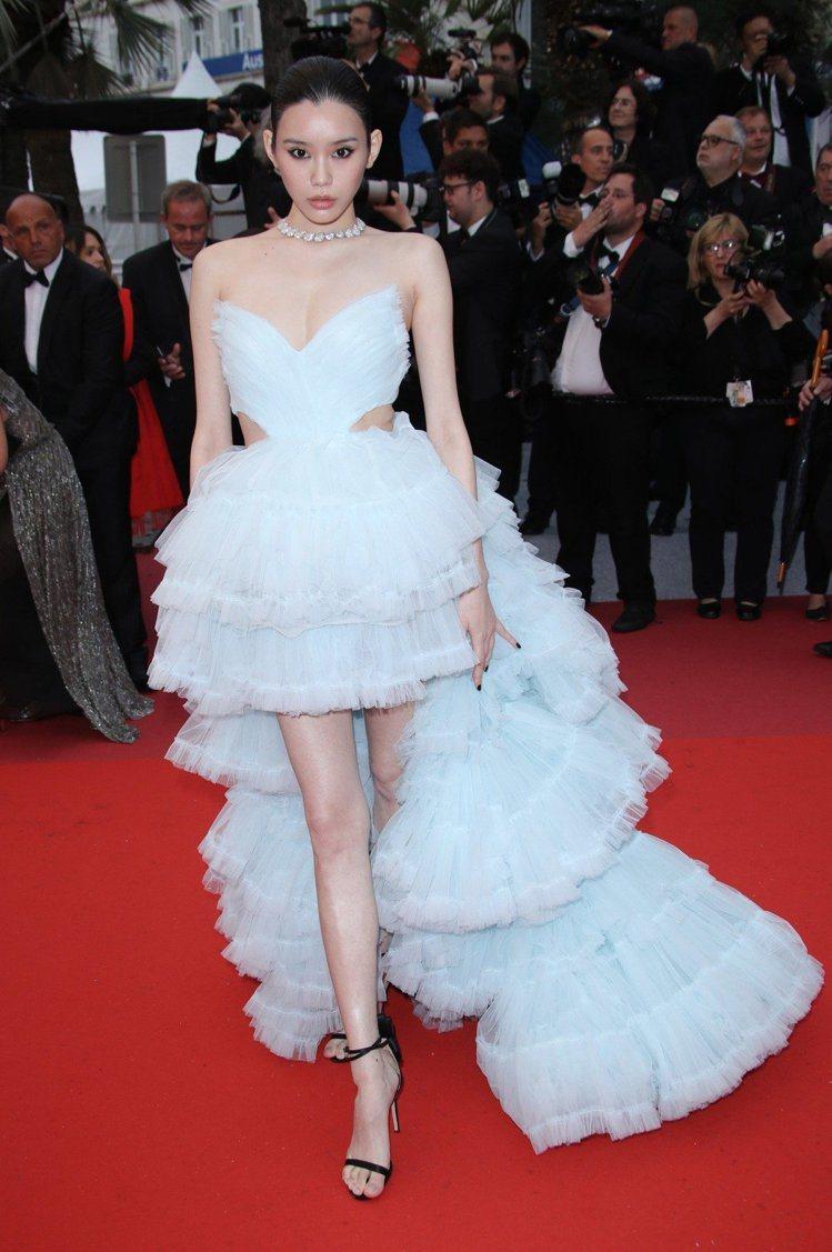 奚夢瑤以一身希臘設計師Celia Kritharioti訂製的前短後長水藍色蓬裙...