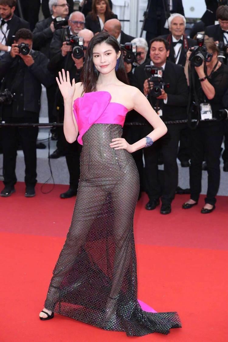 何穗選穿桃紅配黑色薄紗的禮服,用「透視」風搶鏡,下半身幾近全裸的透視造型也成功讓...