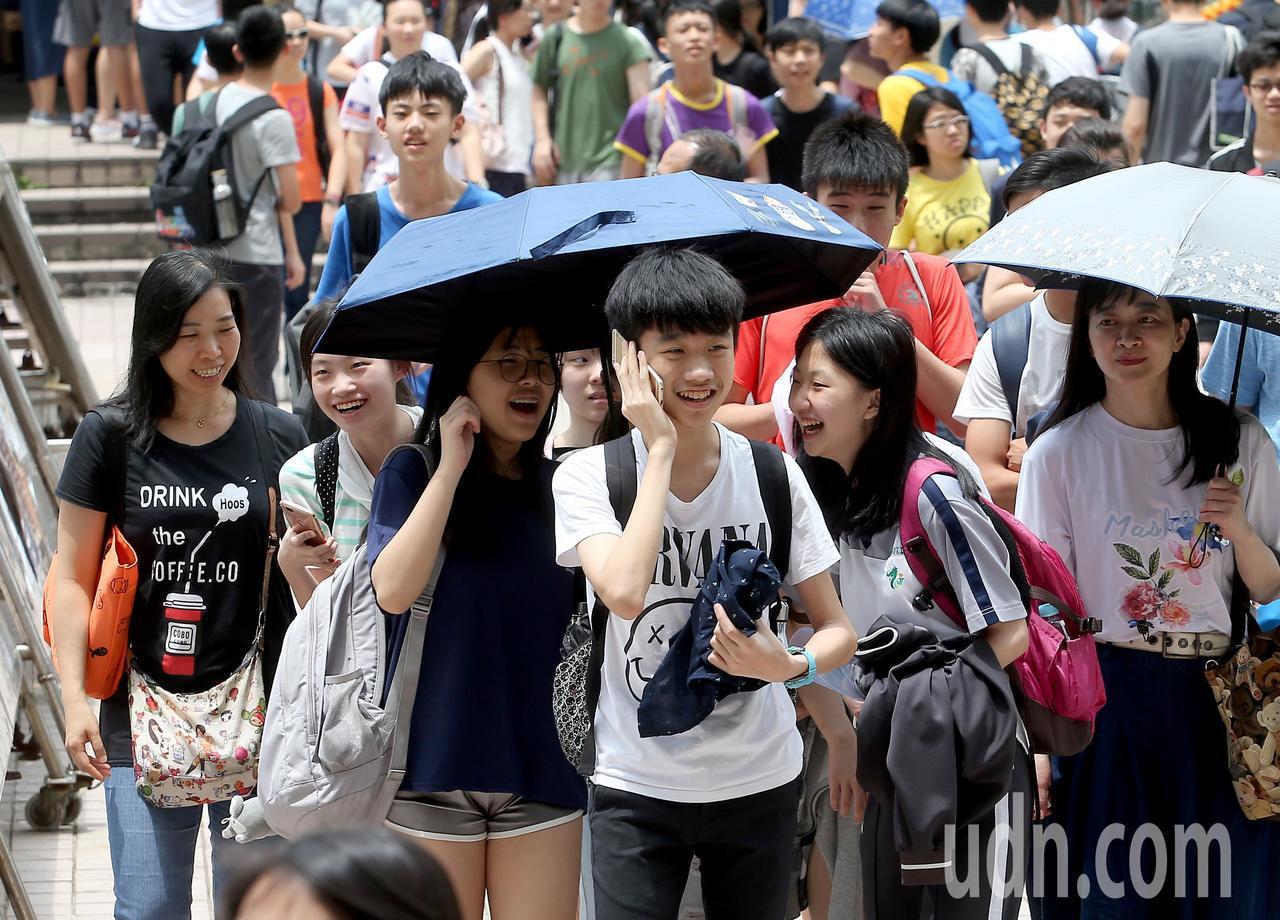 108年國中教育會考中午落幕,考生們在步出考場時紛紛露出笑容。記者余承翰/攝影