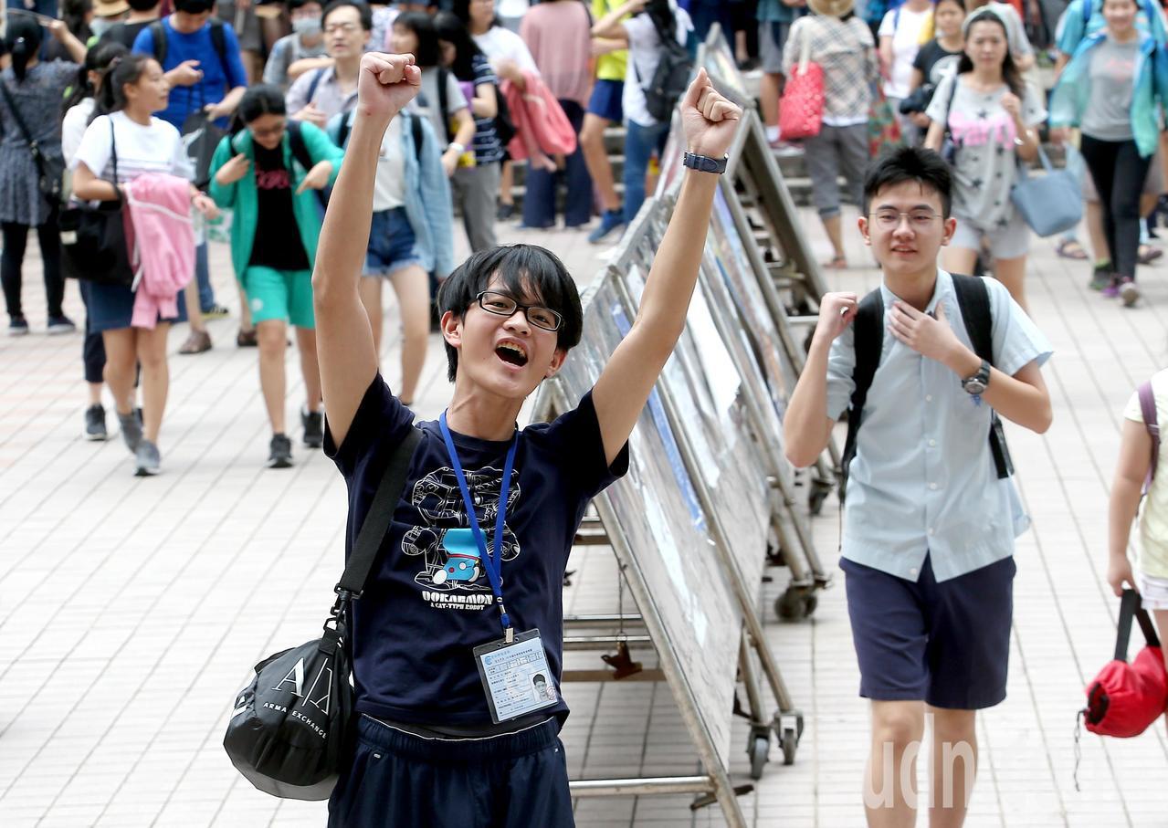 108年國中教育會考中午落幕,一名考生在步出考場時興奮地高舉雙手歡呼慶祝。記者余...