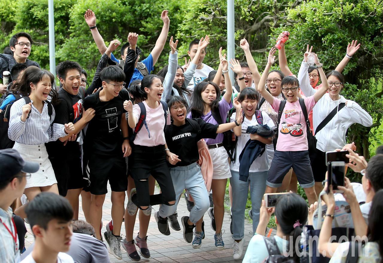 108年國中教育會考中午落幕,考生們在步出考場後興奮地歡呼合影留念。記者余承翰/...