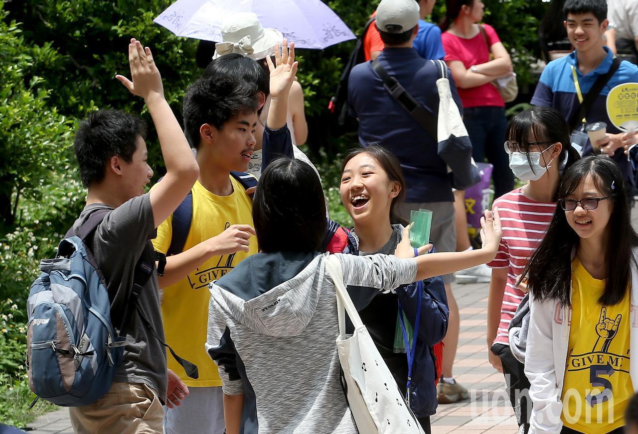 108年國中教育會考中午落幕,考生們在步出考場時,開心地互相擊掌慶祝。記者余承翰...