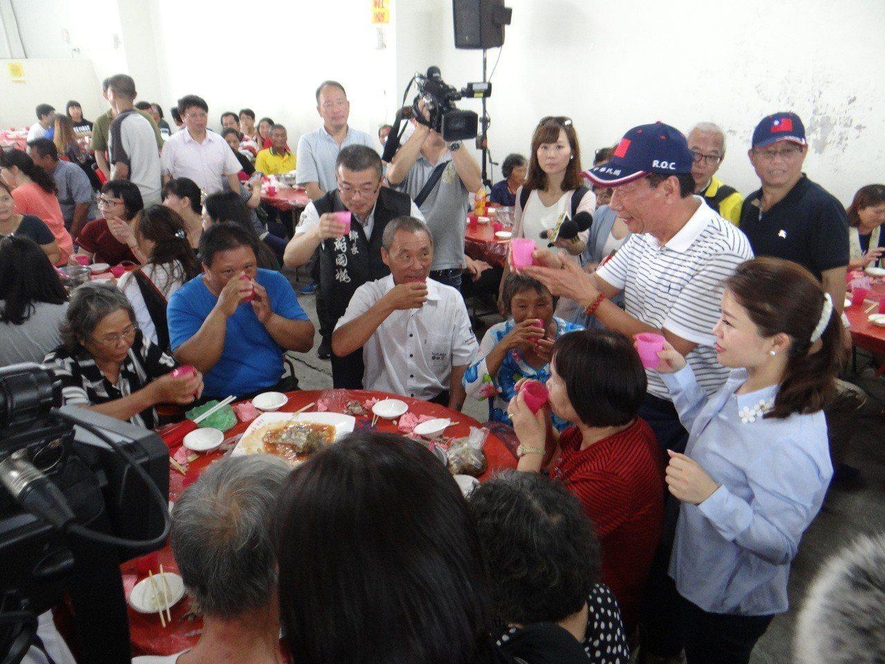 郭台銘走訪雲林並與農漁民呷便飯,還逐桌敬酒,展現他的親和力。記者蔡維斌/攝影