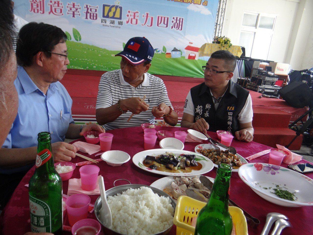 郭台銘走訪雲林並與農漁民呷便飯,飯菜簡單,邊吃邊聊吃得相當愉快。記者蔡維斌/攝影