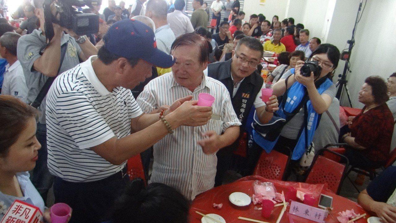 郭台銘走訪雲林並與農漁民呷便飯,還逐桌敬酒,應農要求還真喝了好幾杯,展現他的親和...