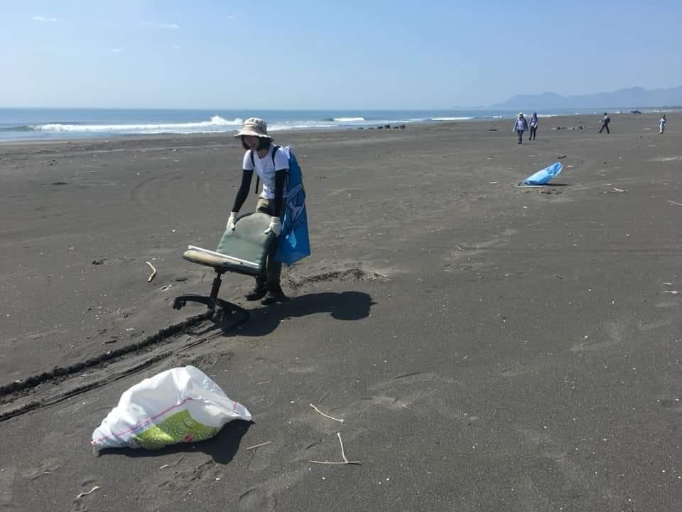 陽大附醫生態保育推廣社號召醫療人員,今天在壯圍海邊舉辦淨灘活動,連大型桌椅廢棄物...