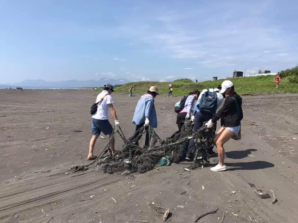 陽大附醫生態保育推廣社號召醫療人員,今天在壯圍海邊舉辦淨灘活動,連大型廢棄漁網都...
