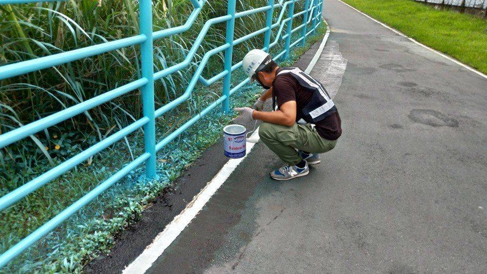 有網友發現新店碧潭一處自行車道路段旁的護欄疑似噴漆工程草率,不但底下的草地全被染...