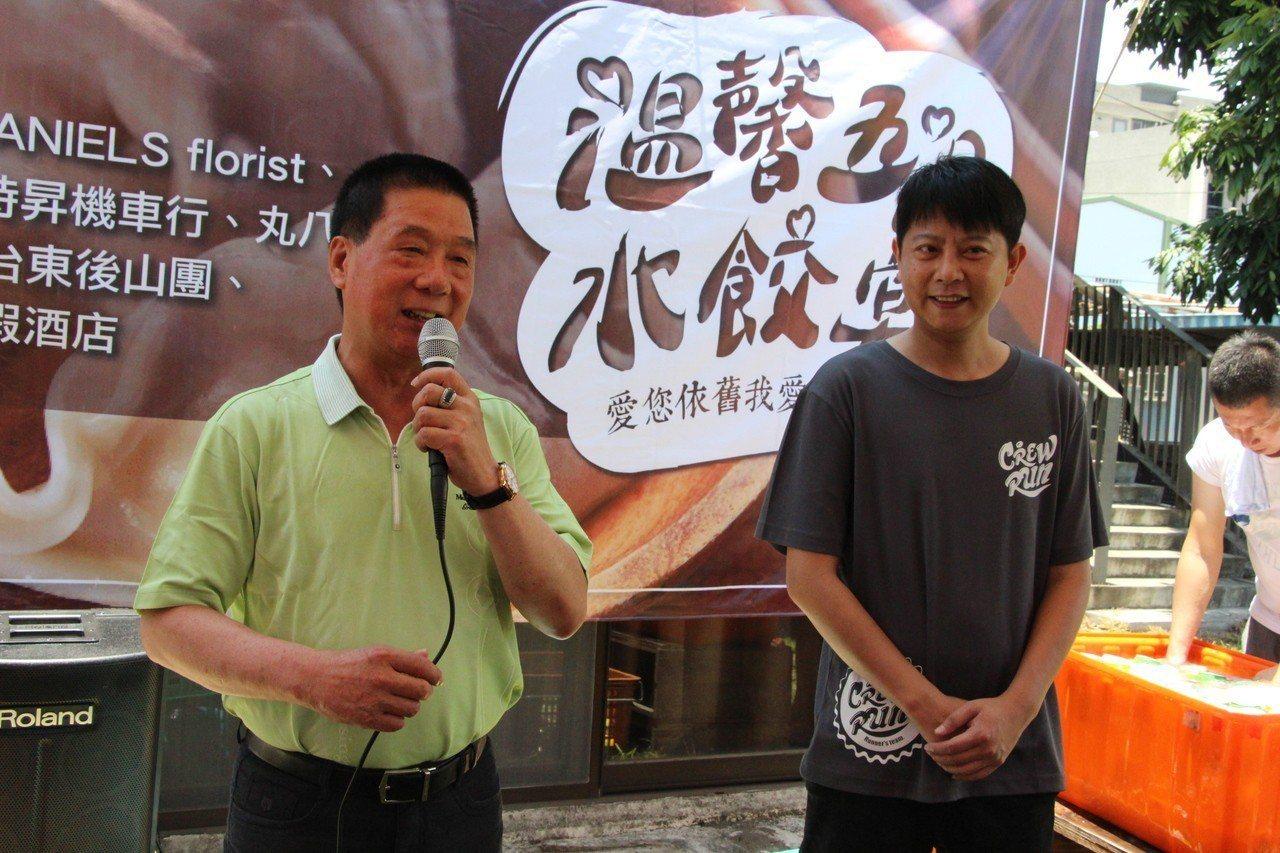 台東市長張國洲(左)肯定「出出實驗坊」陳彥廷(右)等業者的愛心。記者羅紹平/攝影