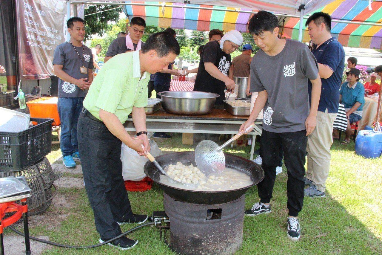 台東市長張國洲(左)與「出出實驗坊」業者陳彥廷(右)一起煮水餃。記者羅紹平/攝影