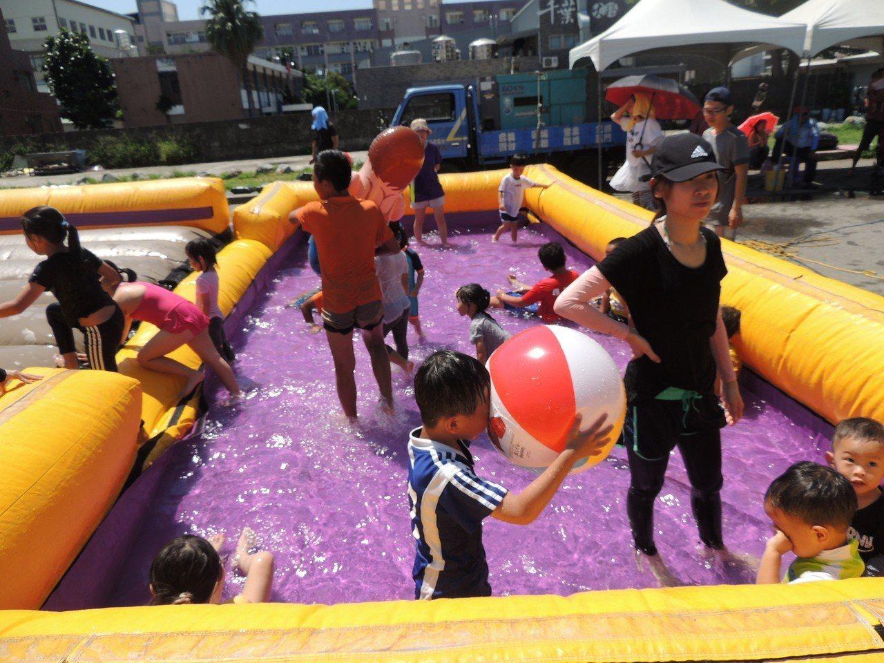水土保持宣導結合氣墊跳跳屋,讓台東市南京路瞬間成大型兒童樂園。記者羅紹平/攝影
