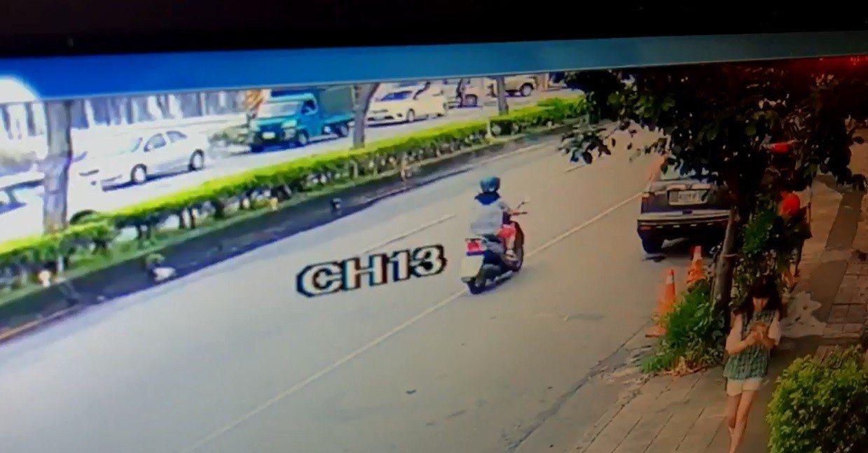 兩名歹徒駕駛白色轎車停在茶館對面,兩人徒步穿越馬路。記者余采瀅/翻攝