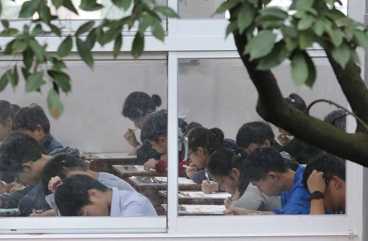 國中會考中午結束。本報資料照