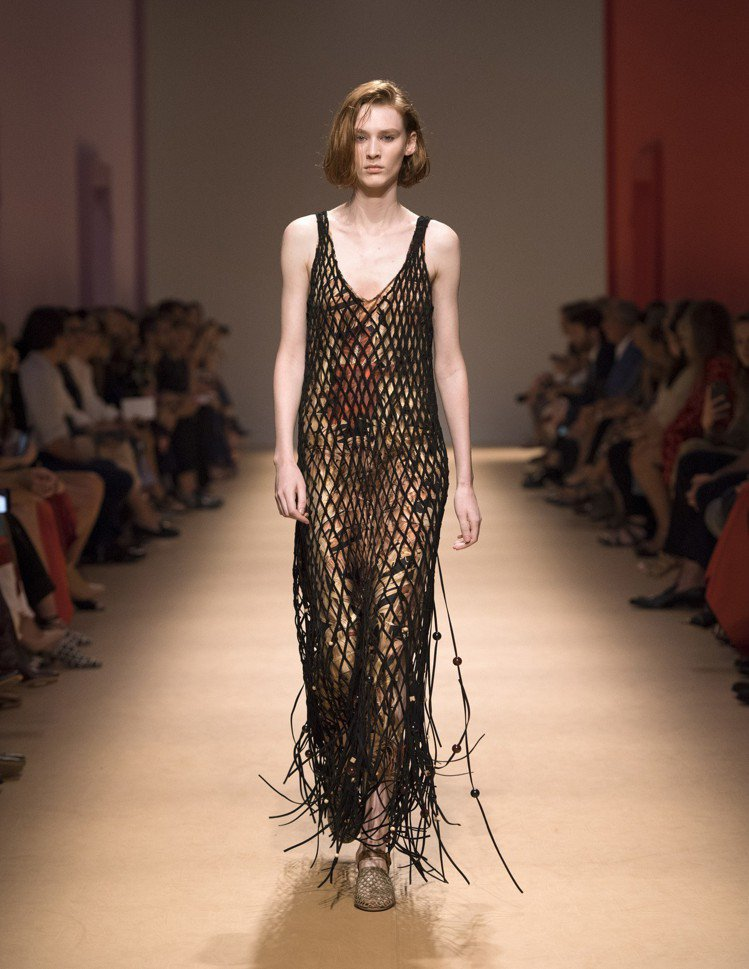 Salvatore Ferragamo春夏黑色網狀洋裝。圖/Ferragamo提...