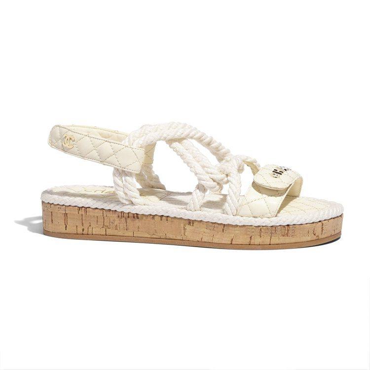 白色繩結交織皮革軟木底涼鞋,37,000元。圖/香奈兒提供