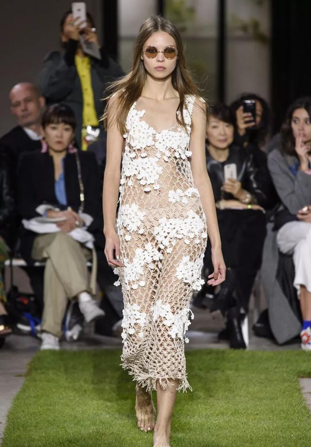 Junko Shimada網狀洋裝。圖/摘自The Impression