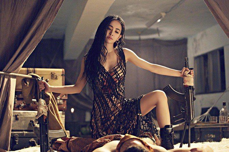 蔡依林在《你也有今天》MV中穿著Ferragamo春夏黑色網狀洋裝。圖/Ferr...