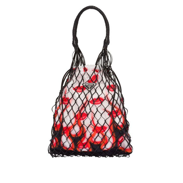 經典唇印圖紋皮革編織網袋,33,000元。圖/Prada提供