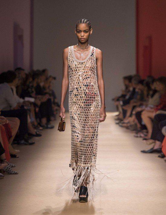 同系列中還有不同顏色的網狀單品,無論是短版背心或是和蔡依林所穿的類似款洋裝,同樣...