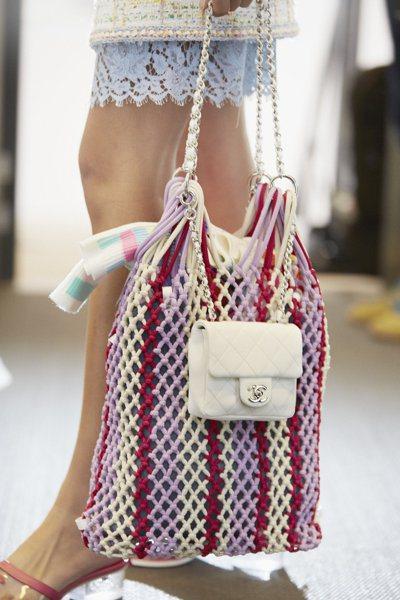 香奈兒的鞋子與包包也都有不少單品使用到繩結、網狀元素,充滿濃厚的度假輕鬆感。圖/...